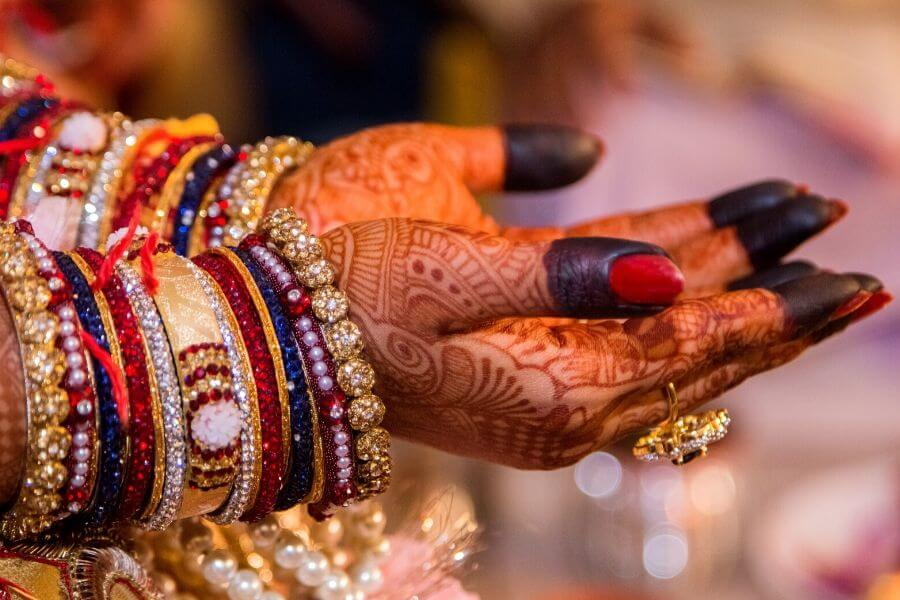 Applying Mehndi at the time of marriage